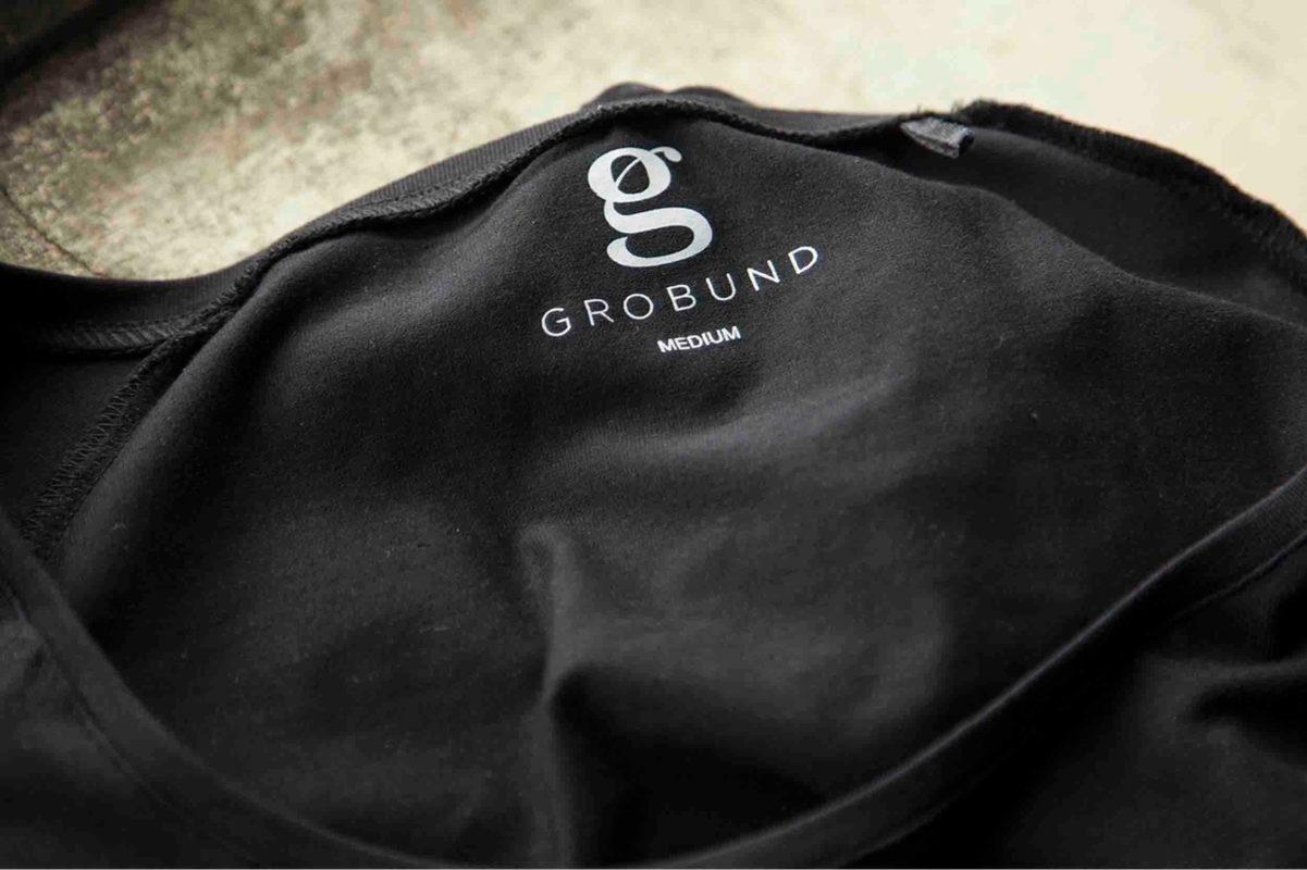 Den med ærmerne fra GROBUND. En sort basis trøje i økologisk bomuld. Certificeret med GOTS og bæredygtig