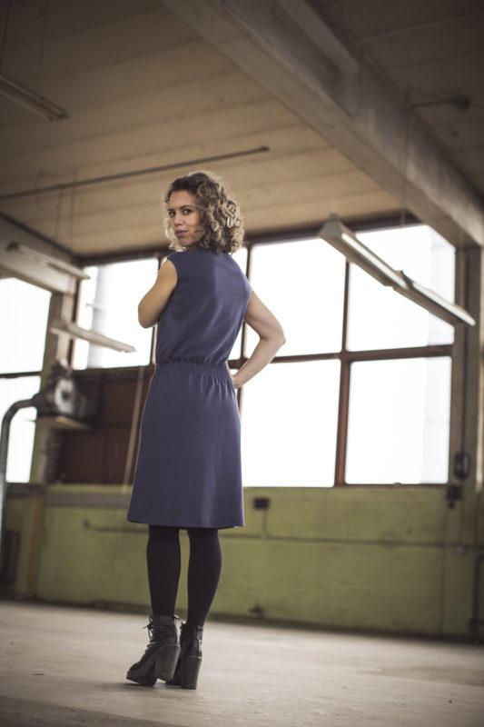 GROBUND kjolen uden ærmer set bagfra. Økologisk bomuld og certificeret med GOTS